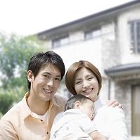 家の前で寄り添う日本人家族