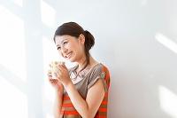 カップを持って遠くを見る日本人女性