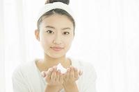 洗顔料を両手に持つ20代日本人女性