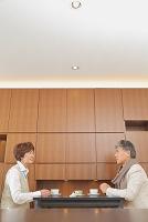 お茶を飲む日本人のシニア夫婦