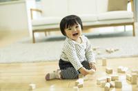 積み木で遊ぶ日本人の赤ちゃん