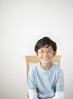 眼鏡をかけた笑顔の日本人の男の子