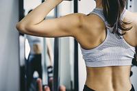 トレーニングをする日本人女性の背中