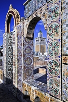 チュニジア チュニジアン・モザイクのタイルとグランド・モスク
