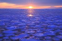 北海道 日の出と流氷