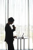 タブレットPCを操作する日本人男性