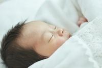 眠る日本人の新生児