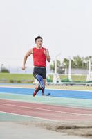 助走する義足の走り幅跳び選手