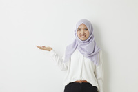 手を差し出すムスリムの女性