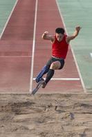 ジャンプする義足の走り幅跳び選手