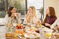 朝食で会話する若い女性