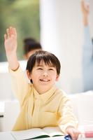 手を挙げている日本人の男の子