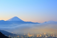 山梨県 夜明けの富士山と雲海と甲府盆地