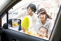 洗車している日本人家族