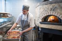 ピザを調理するシェフ
