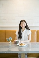 カフェにいる20代日本人女性
