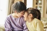 笑顔の日本人の兄妹