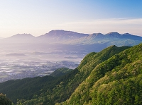 熊本県 かぶと岩展望台より阿蘇谷と阿蘇山朝景