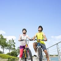 自転車に乗り見上げる男女
