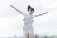 ジャンプする日本人の女の子