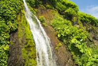 北海道 フンぺの滝 日高山脈襟裳国定公園 崖の岩の隙間から滲み...