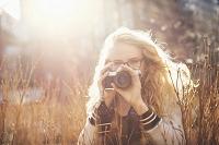 撮影をする外国人女性