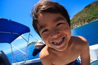 ボートに乗った日本人の男の子