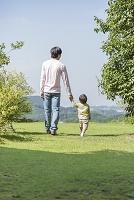 散歩をする父と子