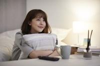 テレビ鑑賞をする日本人女性