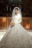 祭壇の前に立つ新婦