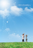 空に向かって手を広げている日本人の女の子