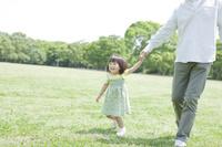 芝生を歩く日本人親子