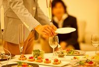 パーティー料理を取る男性の手元