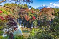 静岡県の白糸の滝の、紅葉と富士山と虹