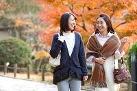 話をしている日本人女性