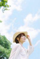 新緑と帽子をかぶる日本人女性