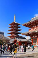 東京都 浅草寺 五重塔と宝蔵門と観光客