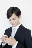 携帯電話を使う日本人ビジネスマン