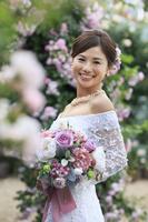 バラの咲くガーデンと幸せな花嫁