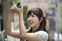 写真を撮る若い日本人女性