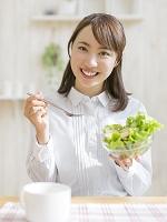 サラダを持つ日本人女性