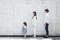 一列に並ぶ20代の若い夫婦と子供