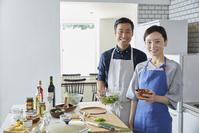 一緒に料理をする日本人夫婦