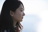 遠くを見つめる日本人女性の横顔