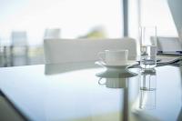 テーブルの上のコーヒーカップの水のグラス