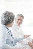 笑顔で話すシニアの日本人男性