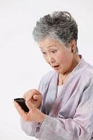 スマートフォンを操作するシニア日本人女性