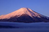 山梨県 朝霧の山中湖と朝焼けの富士山と逆さ富士