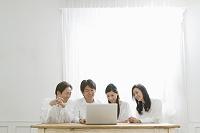 ノートパソコンと日本人親子