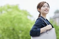 鞄を抱えるビジネスウーマン